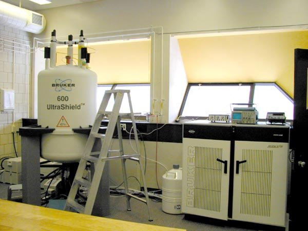 Image of a white 600 MHz narrow-bore instrument