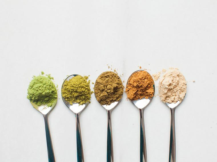 various spoons of different protein powders