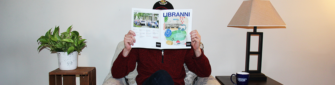 A person sitting reads the Libranni.